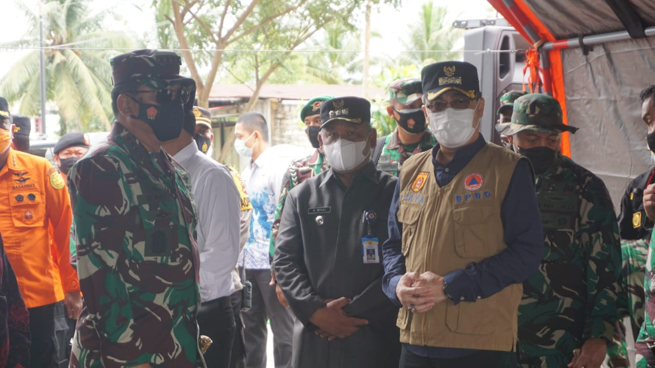 WALI KOTA BANJARBARU DAMPINGI PANGLIMA TNI PANTAU BANJIR DI LIANG ANGGANG